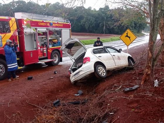 Carro da Prefeitura São Pedro do Iguaçu colide contra barranco e deixa dois feridos na PR-585