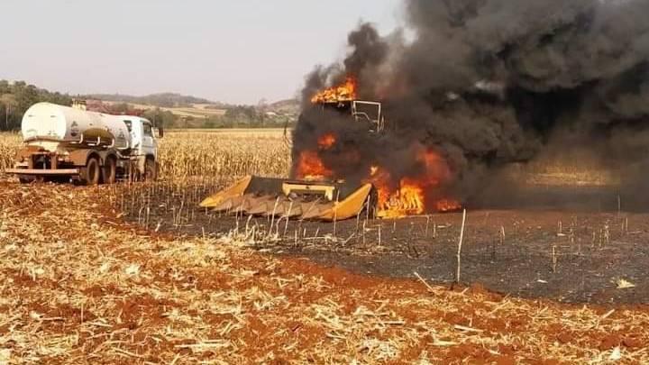 Colheitadeira é destruída por incêndio no interior de Mercedes