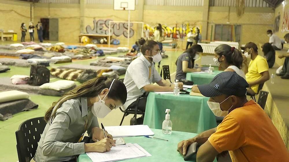 Pessoas em situação de rua participam de entrevista de emprego