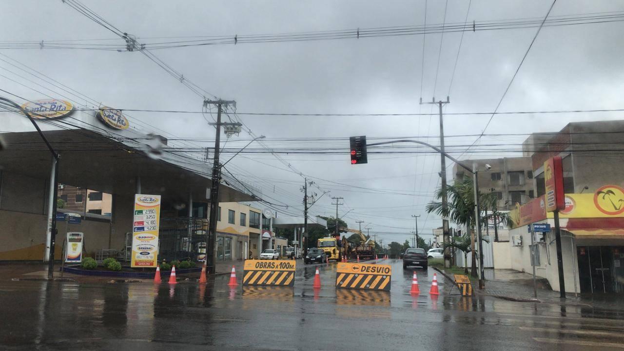 Após rompimento de rede de esgoto, Rua Manaus x Jorge Lacerda é interditada