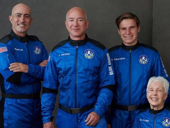 Jeff Bezos, homem mais rico do mundo, viaja ao espaço em voo histórico de 10 minutos