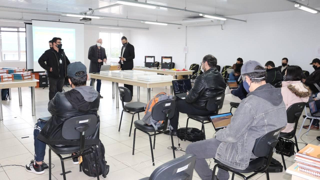 Instrutores de informática passam por treinamento de Robótica Educacional