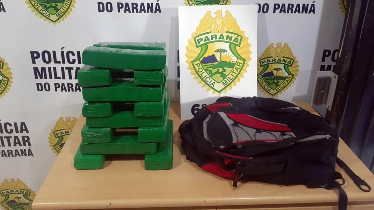 Polícia Militar apreende 17 tabletes de maconha e dois jovens na Rua Santa Catarina
