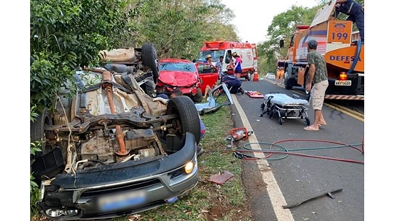 Cinco feridos em grave acidente envolvendo três carros na PR-481