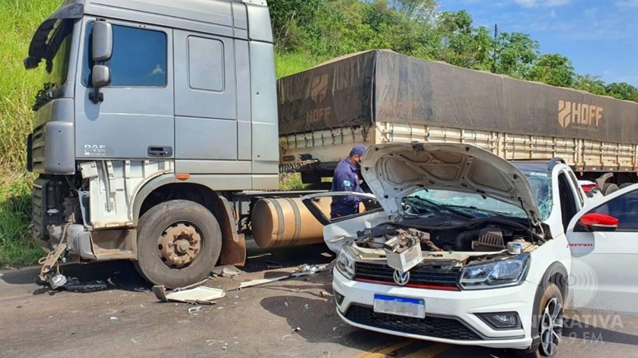Colisão frontal entre carro e carreta deixa passageira ferida na BR 163, em Capitão