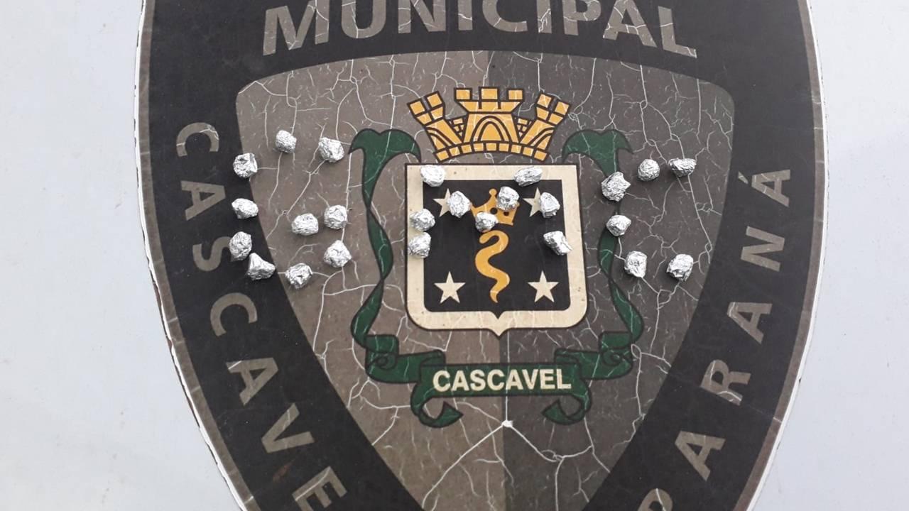 GM apreende três pessoas, sendo um menor de idade com 25 pedras de crack no Bairro Interlagos