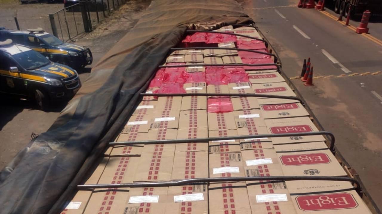 PRF apreende carreta carregada com cigarros contrabandeados no Paraná