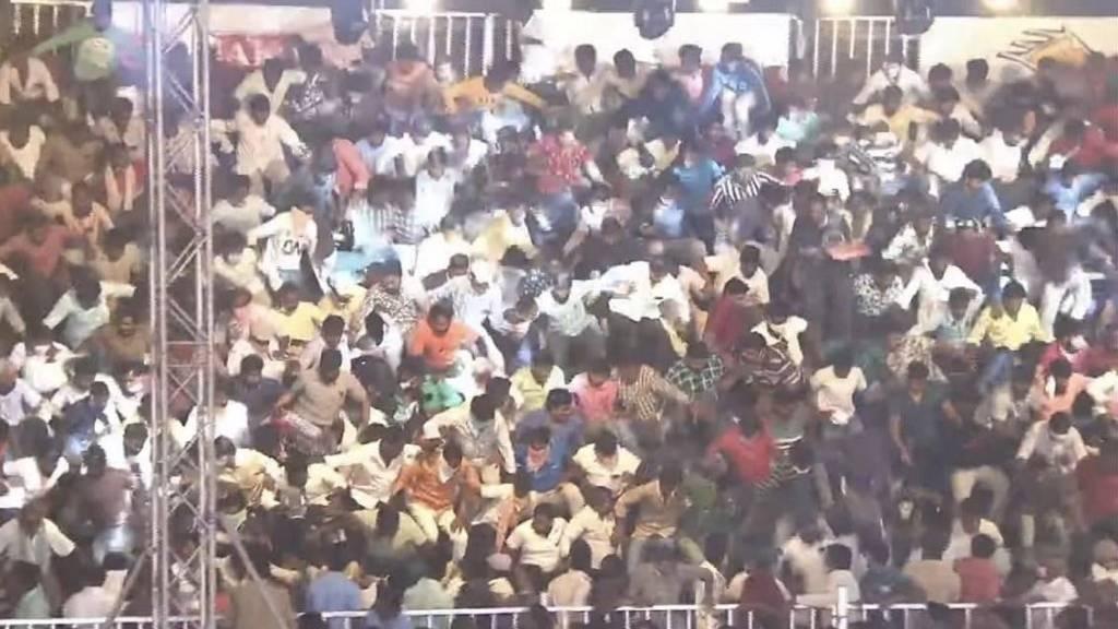 Arquibancada com 2 mil pessoas desaba na Índia e deixa feridos; veja vídeo