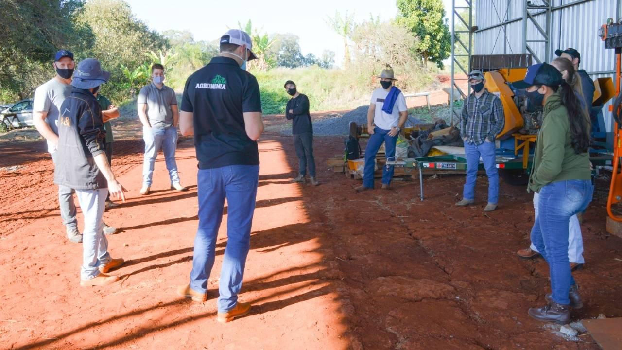 Conhecimento em prática: alunos da Univel participam de aulas na Fazenda Escola