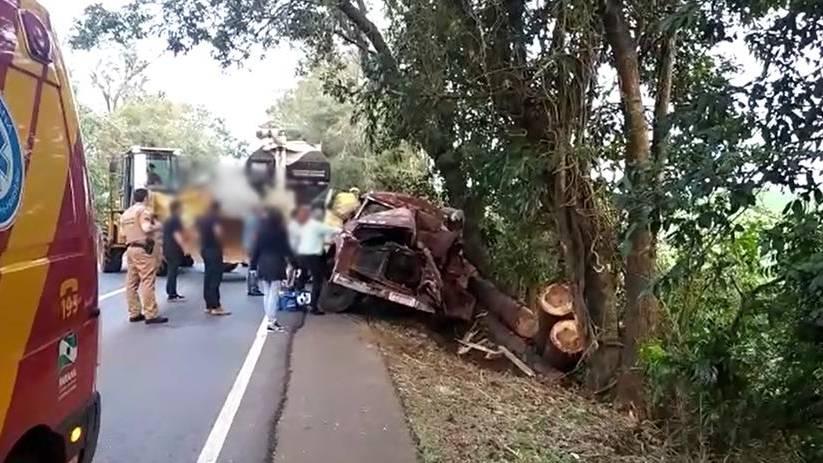 Grave acidente deixa motorista de caminhão morto na PR-281 e Carga de madeira era ilegal