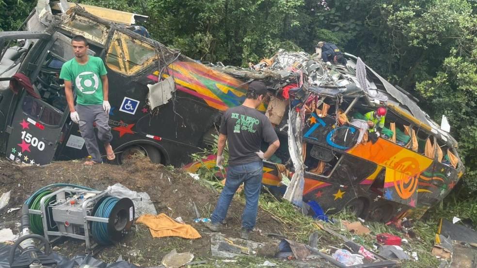 Acidente com ônibus deixa 19 mortos e nove feridos na BR-376, em Guaratuba, diz PM