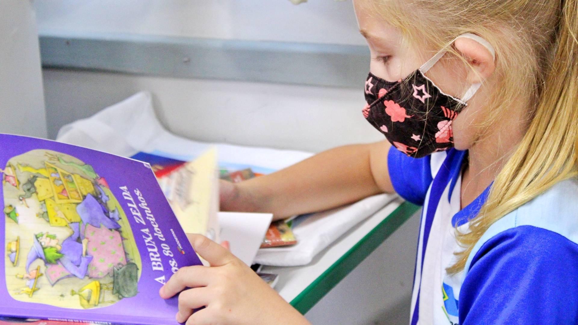 Educação distribui mais de 9 mil livros aos alunos matriculados na rede municipal de Itaipulândia