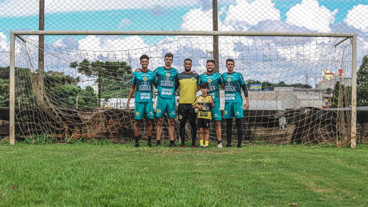 Goleiros do FC Cascavel recebem visita de torcedor mirim que sonha defender a meta aurinegra