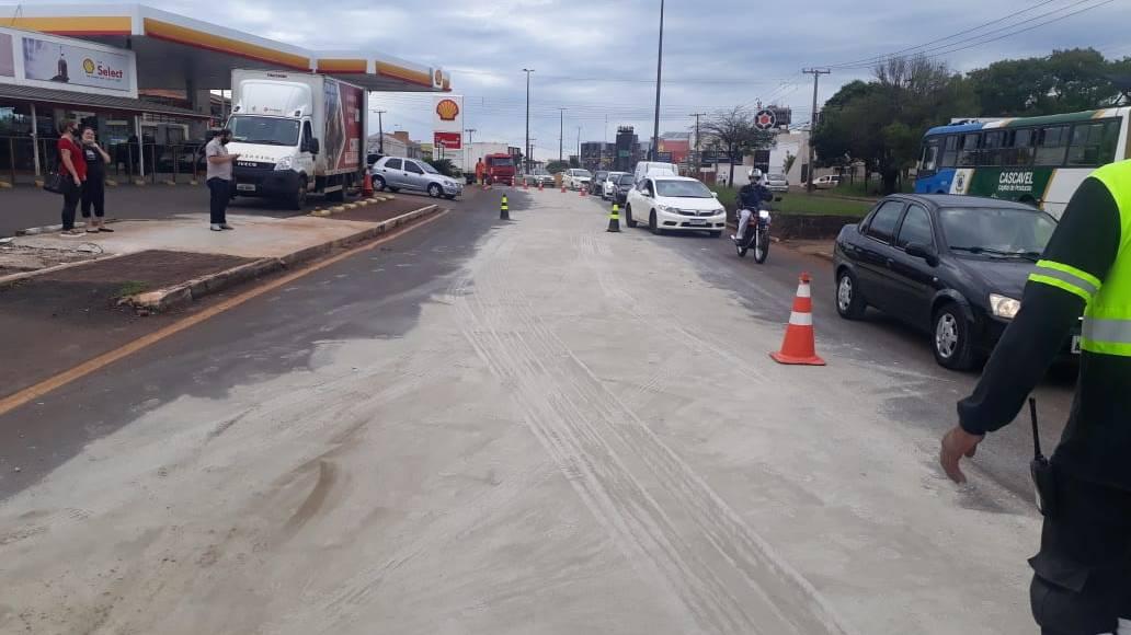 Alerta de Trânsito: Agentes de Trânsito trabalham na limpeza de óleo na Carlos Gomes
