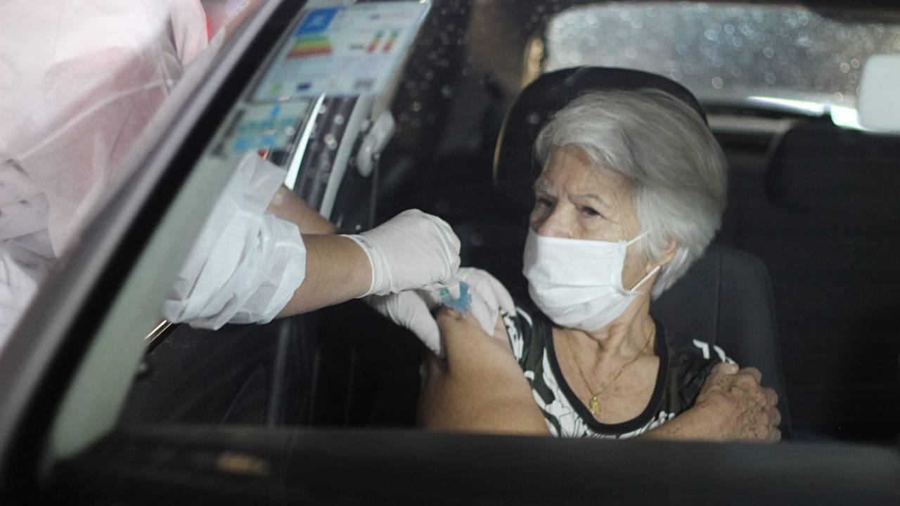 Cascavel terá vacina para idosos com 69 anos neste domingo