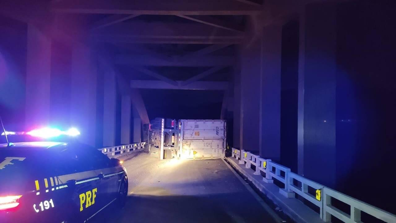 Tombamento de carreta interdita BR-277 na ponte do Rio Cavernoso em Cantagalo