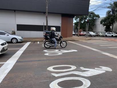 """Ação educativa apresenta nova sinalização com """"área de espera"""" para motos em semáforos de Cascavel"""