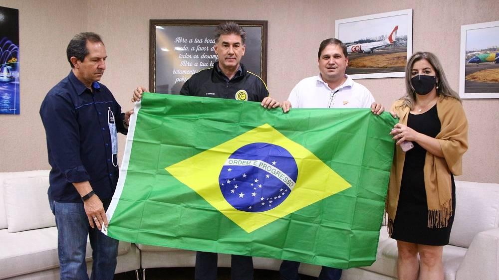 FC Cascavel doa 200 bandeiras para o 7 de setembro