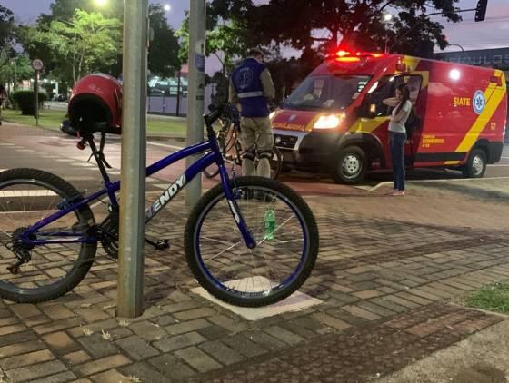 Jovem fica ferido após colisão entre bicicletas na ciclovia da Avenida Brasil