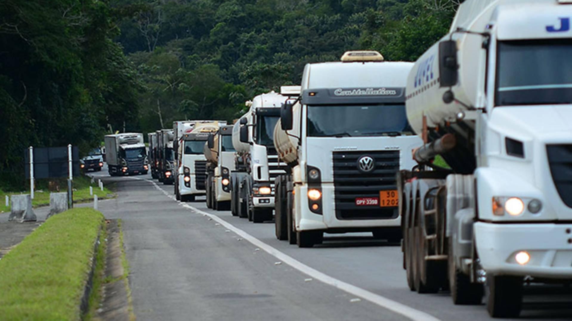 Caminhoneiros protestam em São Paulo contra aumento do ICMS