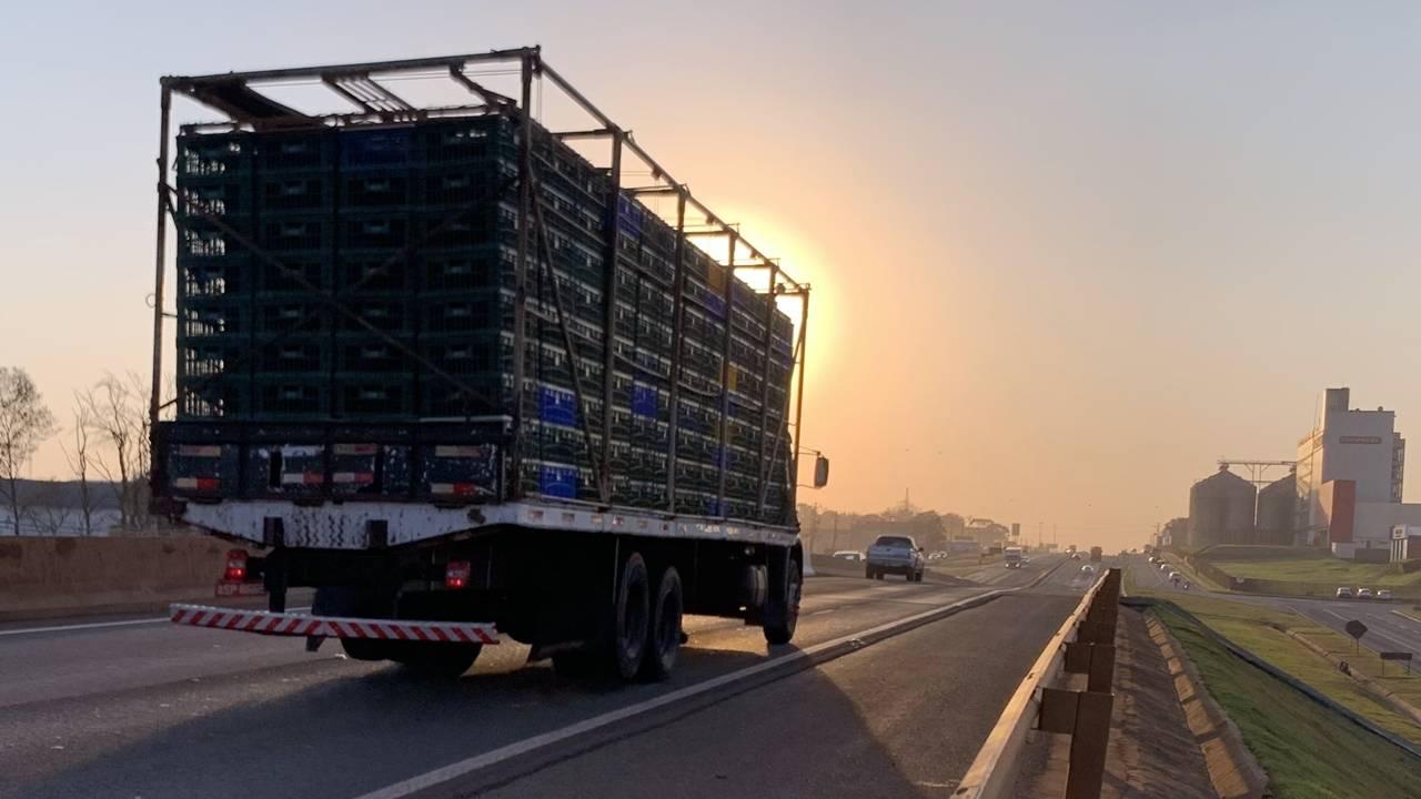 Caminhão quebra e deixa trânsito lento no Trevo Cataratas