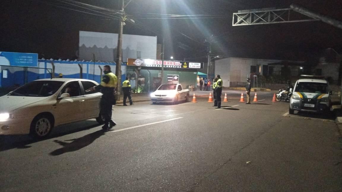 Operação Bloqueio: PM recolhe 3 veículos por débitos e alterações de características na Rua Paraná