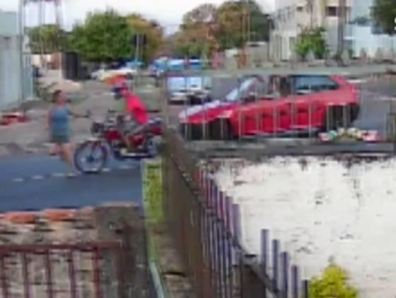 Mulher é atropelada por moto na Rua Jacarezinho; Veja o vídeo