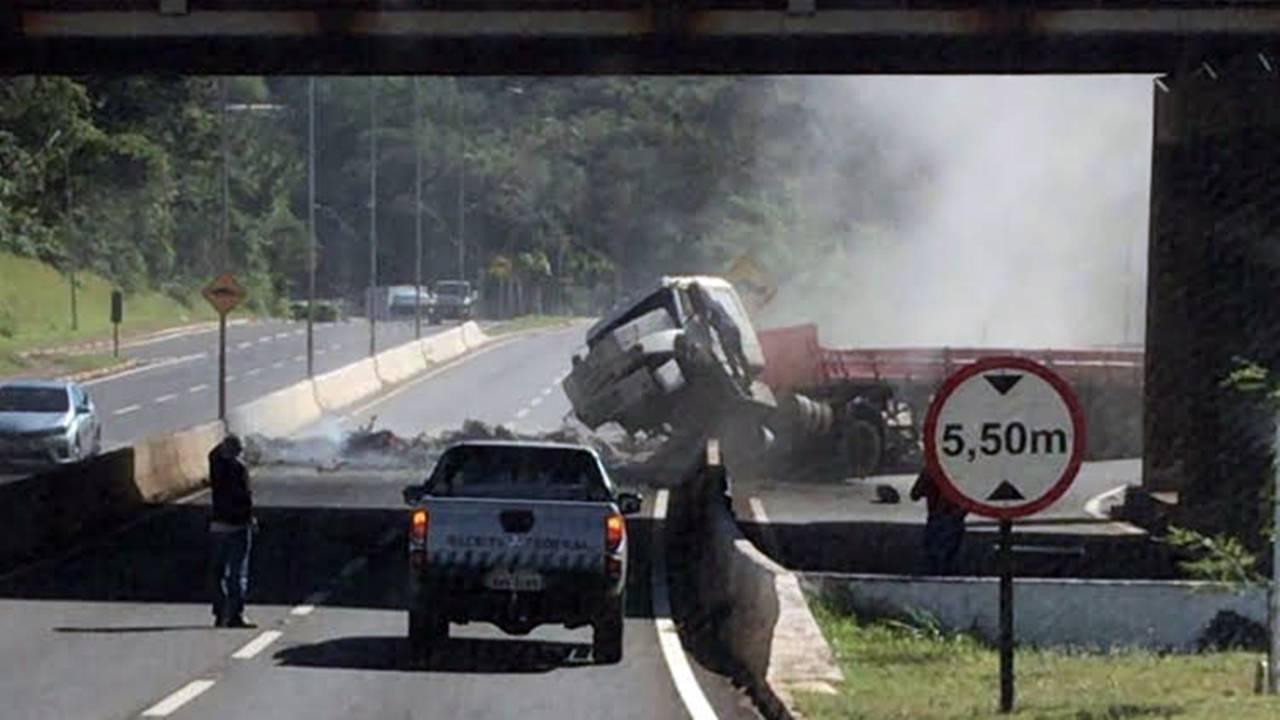Caminhão carregado com cimento tomba no Viaduto da Paraná