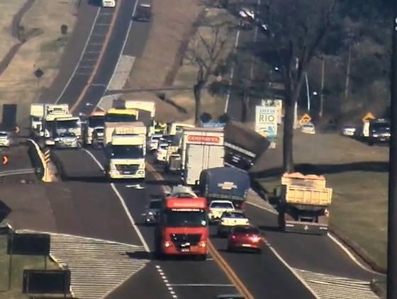 Câmera flagra tombamento de carreta após colisão com três veículos na BR-277 em Cascavel
