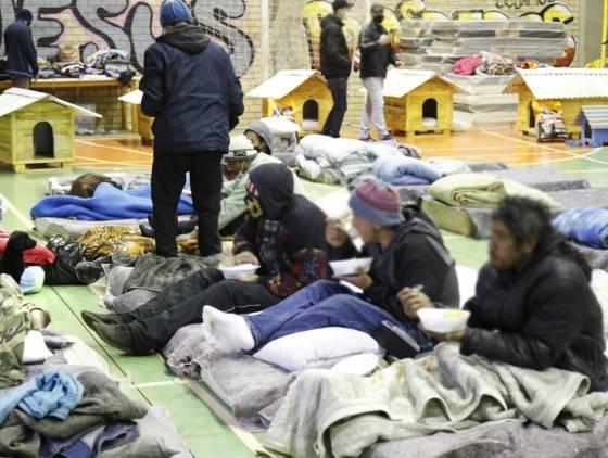 Ginásio do Creas recebeu 60 moradores na primeira noite; Saiba como ajudar
