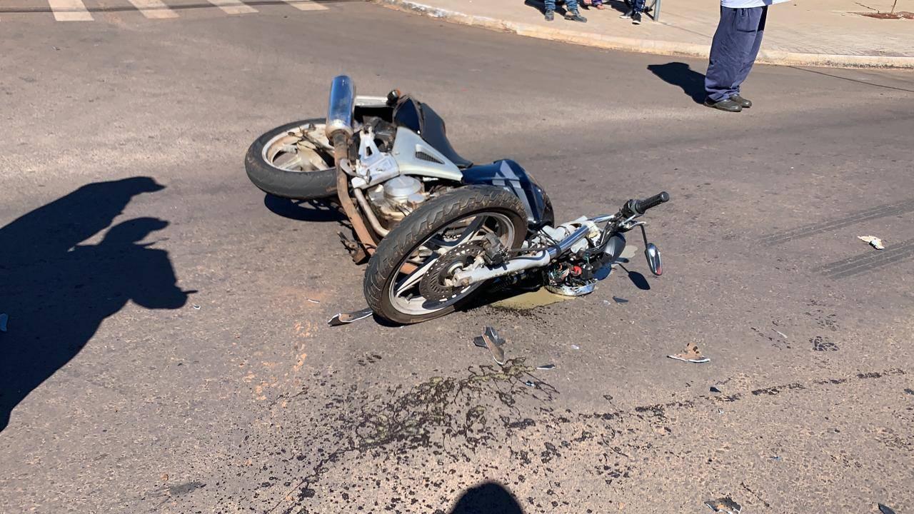 Mulher fica ferida após colisão de trânsito envolvendo moto e carro na Rua Itália em Cascavel