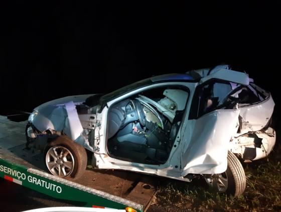 Homem fica ferido após carro cair em ribanceira após batida com caminhão na BR-277