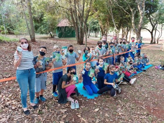 Educação Ambiental: Alunos da Escola Hércoles Bosquirolli recebem mudas frutíferas em aula especial