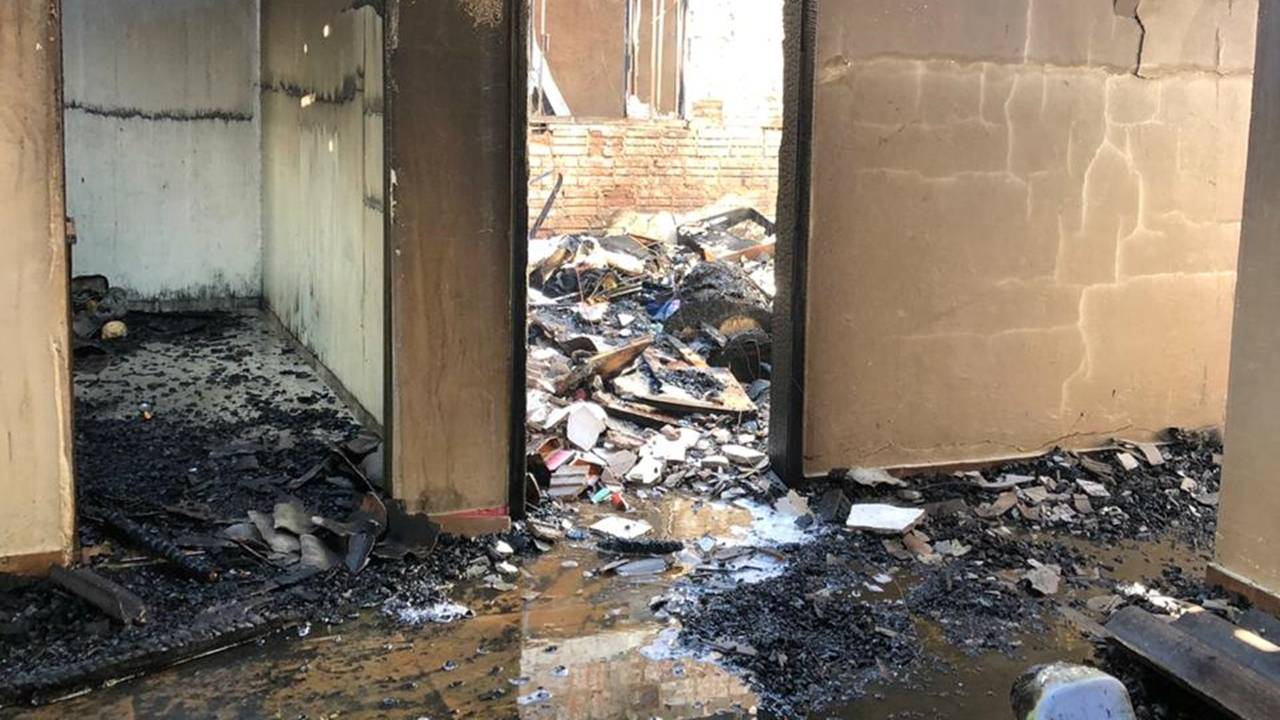 Família pede ajuda para reconstruir casa incendiada no Jardim Colonial