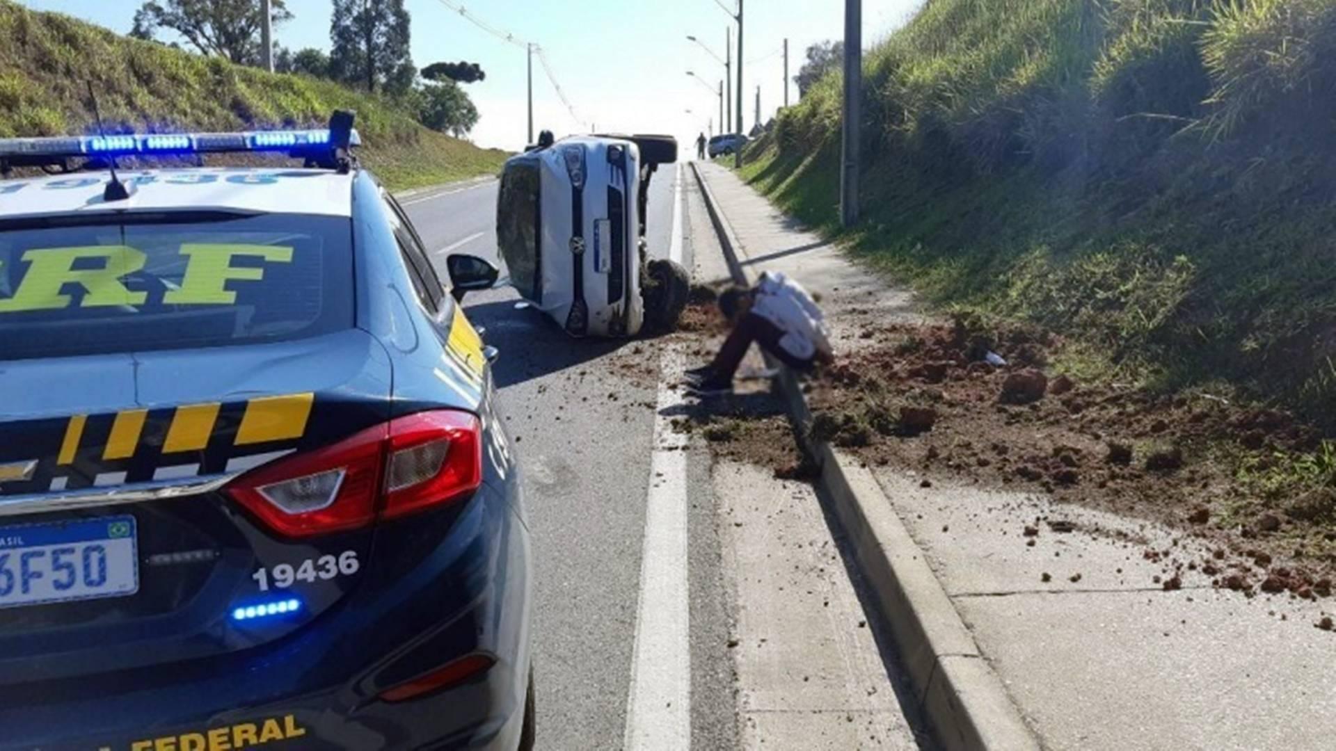PRF prende assaltante armado e recupera carro roubado na Grande Curitiba
