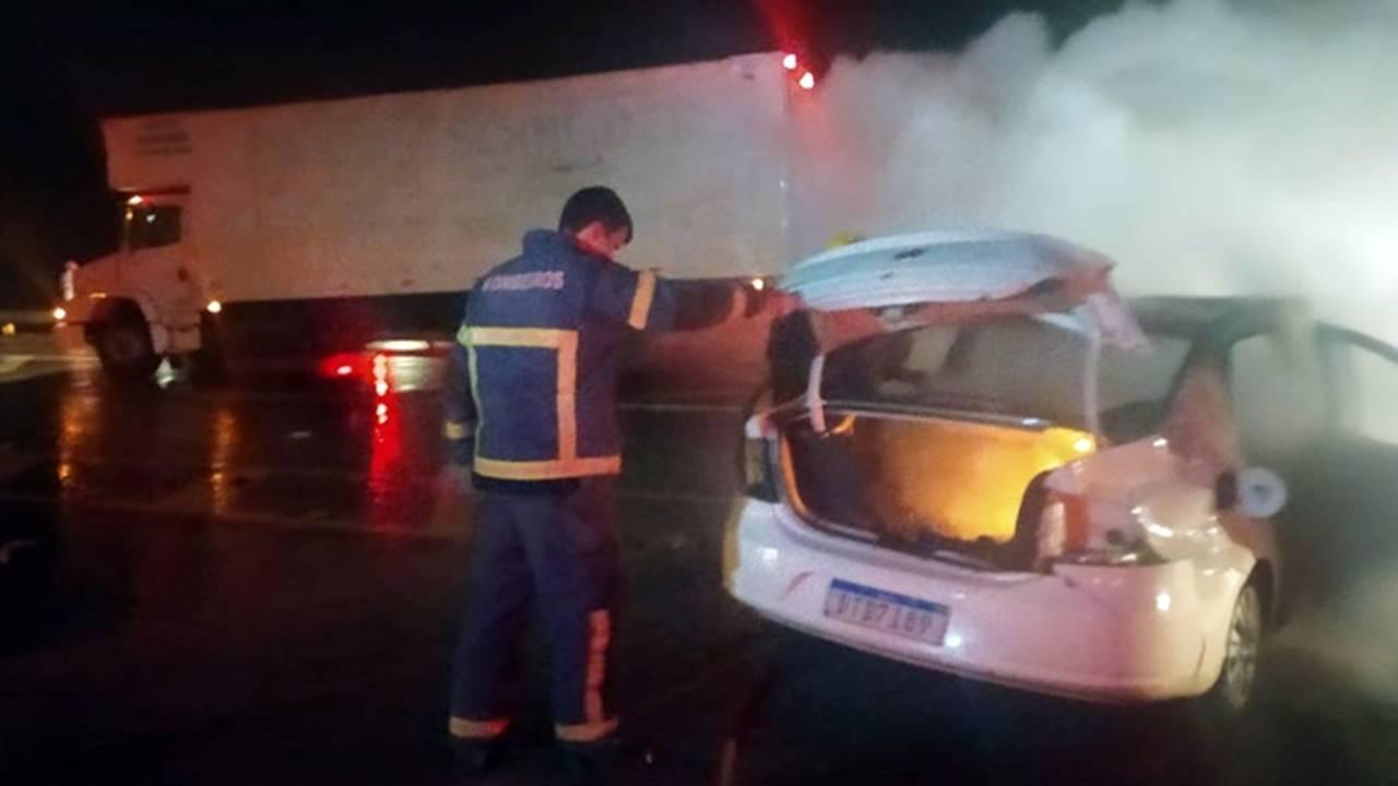 Após colisão, motorista consegue retirar mulher de veículo que pegava fogo no PR
