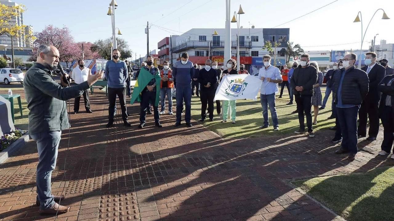 Cristãos se unem para orar por Cascavel na Praça da Bíblia