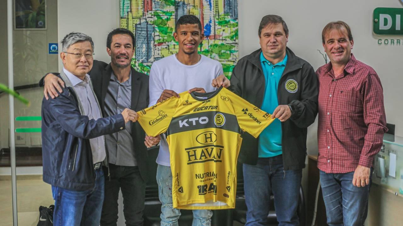 Volante Oberdan renova contrato com o FC Cascavel até 2024 e será emprestado para o Figueirense