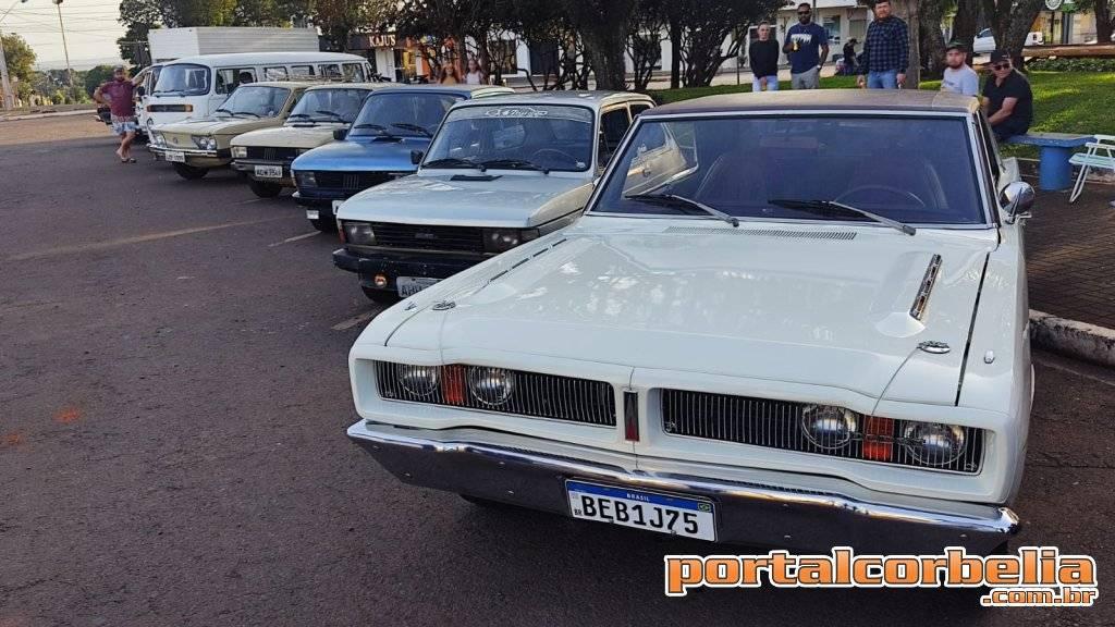 Grupo de amigos com carros antigos realizam encontro em Corbélia