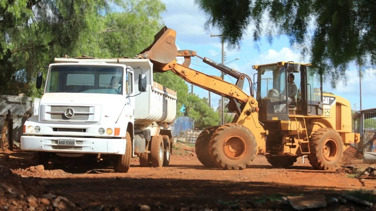 Moradores comemoram chegada de asfalto após décadas de espera