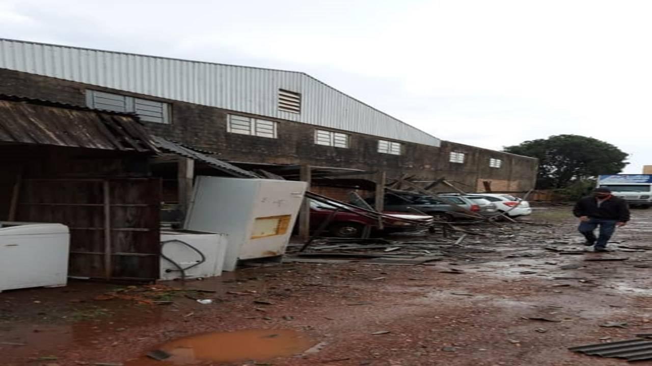 Ventos fortes deixam casa destelhadas em Vera Cruz do Oeste