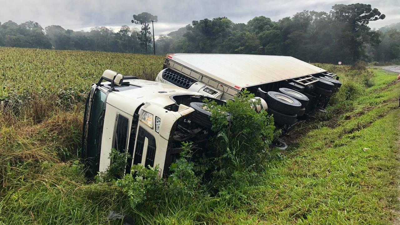 Motorista sai ileso após tombar caminhão na PR 566