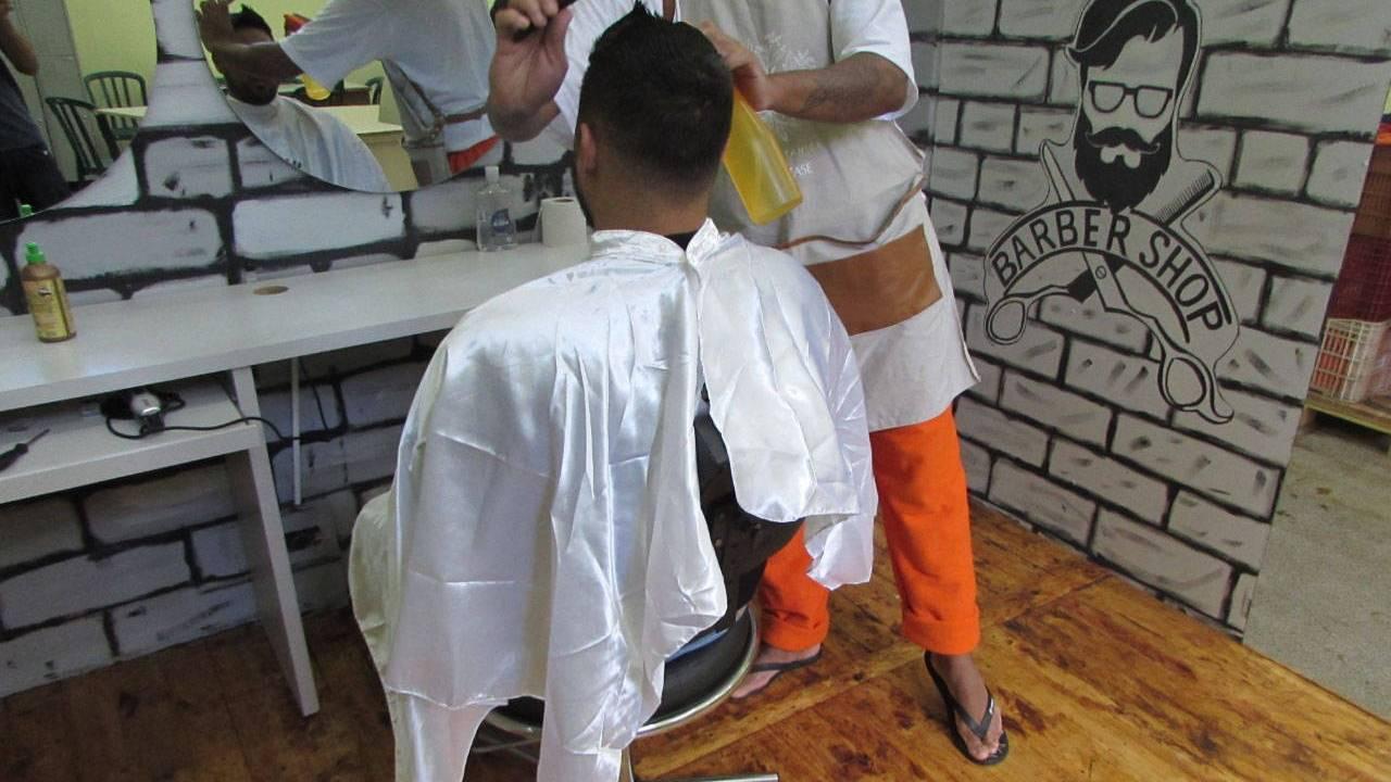Presos da penitenciária de Cascavel participam de minicurso com barbeiro profissional