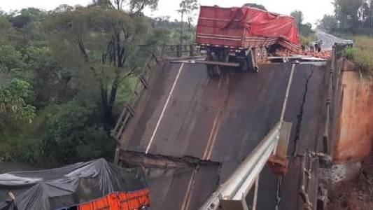 Ponte na fronteira entre MS e Paraguai cai, mata duas pessoas e deixa três feridas