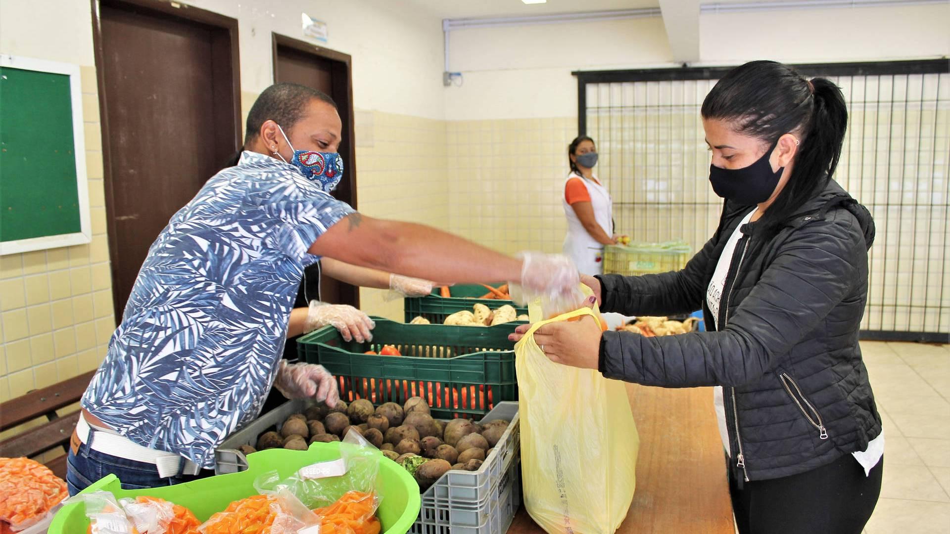Colégios estaduais fazem nova entrega de alimentos nesta sexta-feira