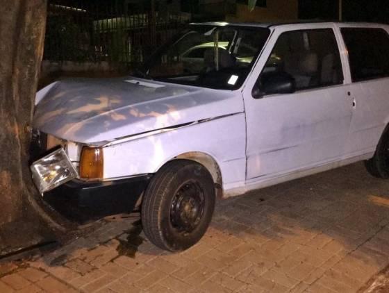 Motorista perde o controle de carro, colide em arvore e abandona o veículo no Bairro Santa Cruz