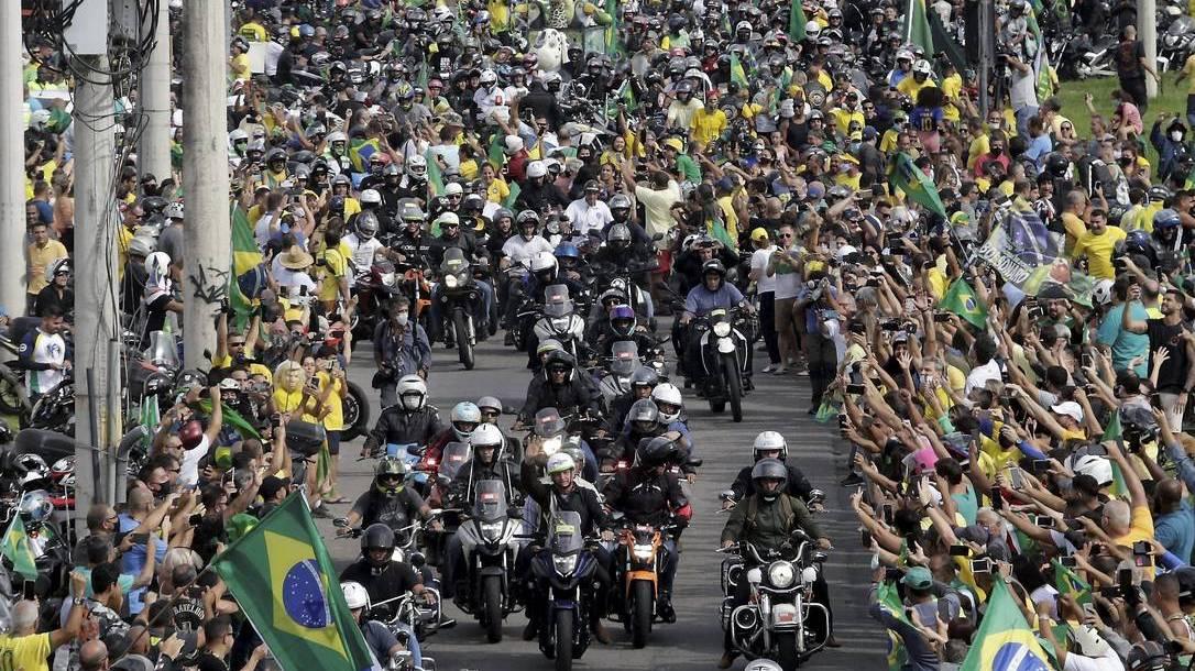 """Além de aglomeração, """"motociata"""" de Bolsonaro provoca acidente. Veja"""