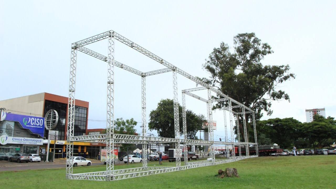 Mas o que é essa estrutura em frente à Prefeitura? Cascavel vai ter cinema drive-in