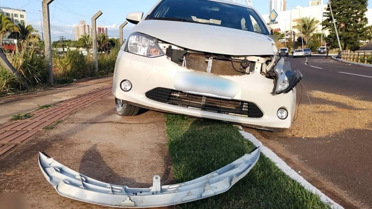 Jovem morre ao subir em capô de veículo para impedir namorado de dirigir