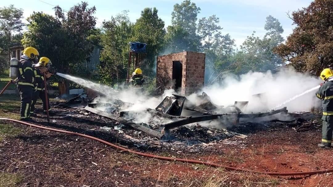 Residência é totalmente destruída por um incêndio no centro de Galvão